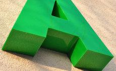 litery na elewacji budynku